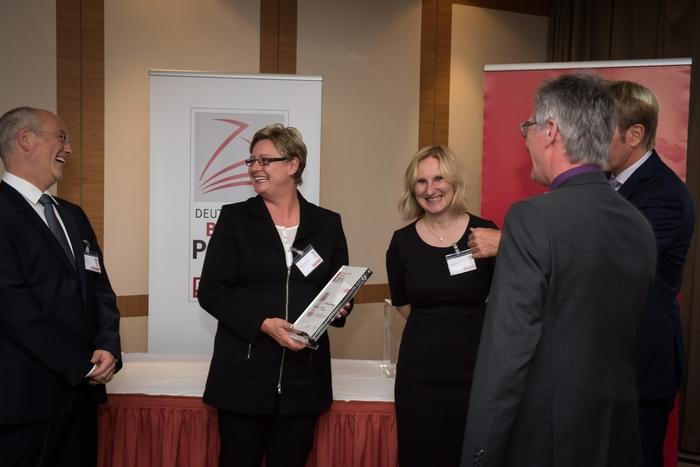 Tankstellenbetreiberin Bianca Rettinger (mitte) und Anna Leitner, District-Managerin von Jet, freuen sich mit Thomas Kreutz (links außen) über die Auszeichnung.
