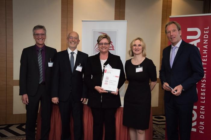 Ehrung der glücklichen Gewinner: Bianca Rettinger (Mitte) mit Anna Leitner (re) und Thomas Kreutz (li) umrahmt vom tankstelle-Chefredakteur Alfred Kirst und Moderator Markus Brock.
