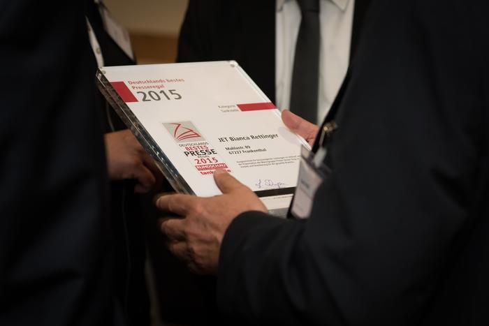 Die begehrte Urkunde erhält die Tankstelle, die von der Jury die Bestnoten bekommen hat.
