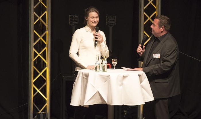 Fecht-Olympiasiegerin und Weltmeisterin Britta Heidemann moderierte die Preisverleihung. Hier ist sie im Gespräch mit eft-Geschäftsführer Bernd Scheiperpeter.