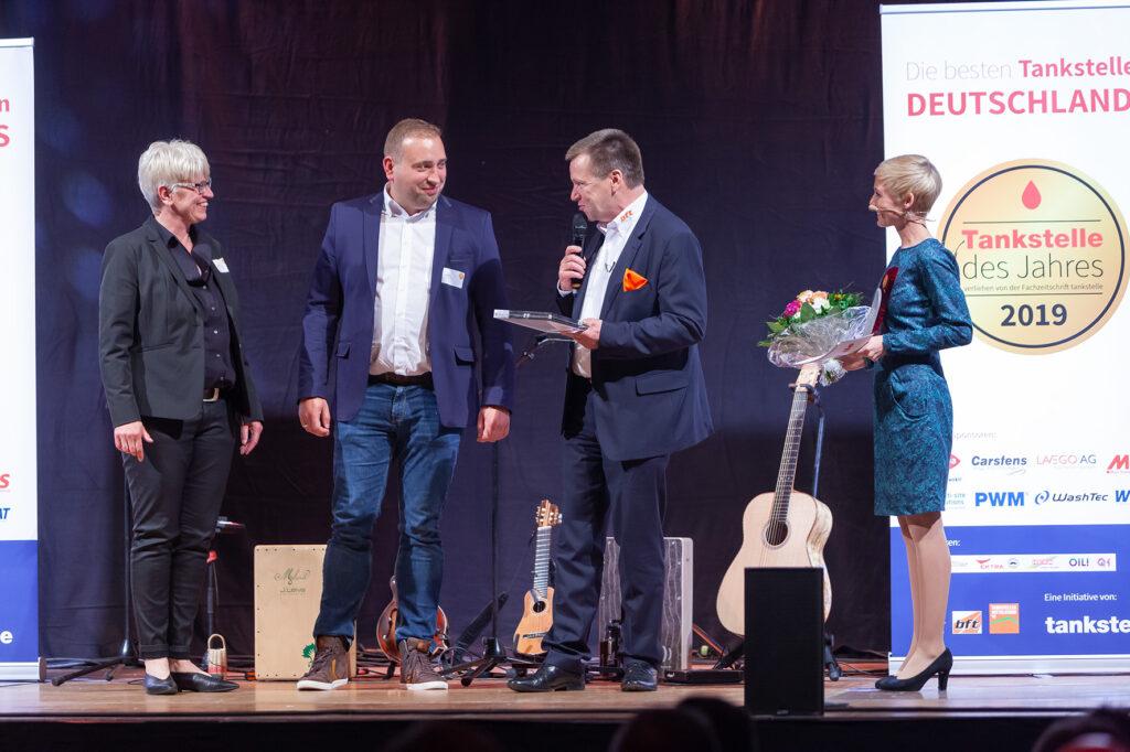"""Claudia Meyer und Kai Helberg von der Classsic-Oil-Station in Achim gewinnen in der Kategorie """"Tankstellen-Shop unter 100 qm""""."""