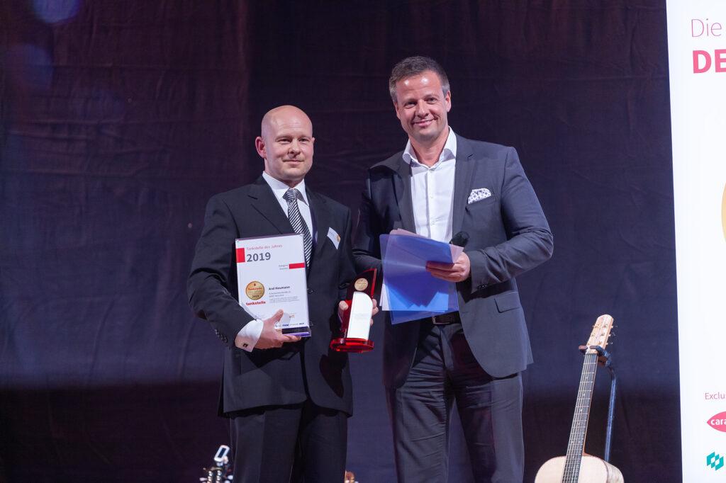 """Laudator Dr. Michael Haberland, Präsident des Automobilclubs """"Mobil in Deutschland e.V."""" überreicht die Auszeichnung."""