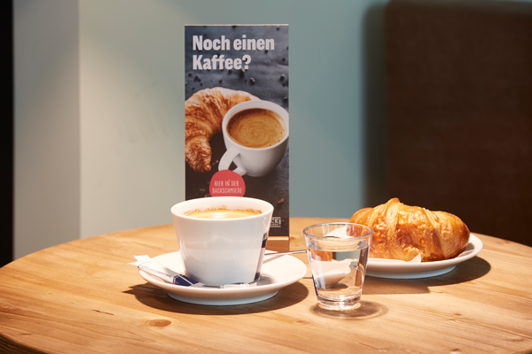 Bei einem so üppigen Bäckerei-Angebot darf natürlich auch der Kaffee nicht fehlen. Den gibt es in allen erdenklichen Varianten.