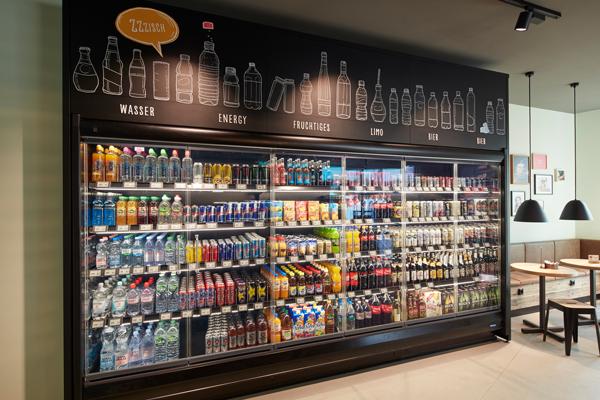 Die Gesamtansicht der Getränkekühlung zeigt, wie stimmig das Shopkonzept ist. Es ist auf den ersten Blick erkennbar, wo der Kunde welche Produkte findet.