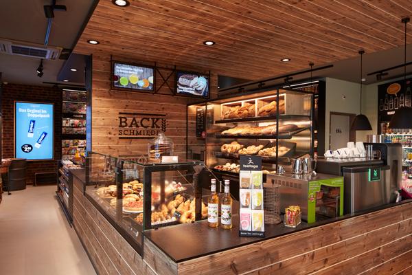Behaglich und gemütlich und fast so, wie die Bäckerei früher um die Ecke zeigt sich der Backshop im neuen Lekkerland-Konzept.