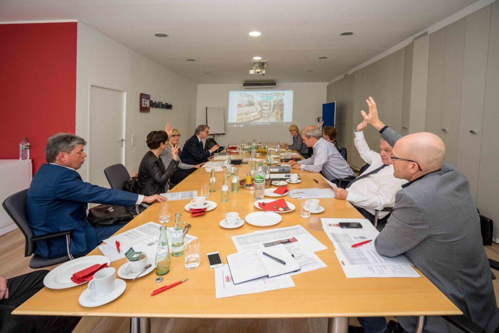 Abstimmungs-Situation bei der Jury-Sitzung. Der Jury gehören Vertreter von Verlagen, dem Verlags-Consulting, dem Ladenbau, vom Pressegrosso, vom Verband Deutscher Zeitschriftenverleger und dem EHI Retail Institute und der Uni Essen. Meinungsvielfalt ist damit garantiert.
