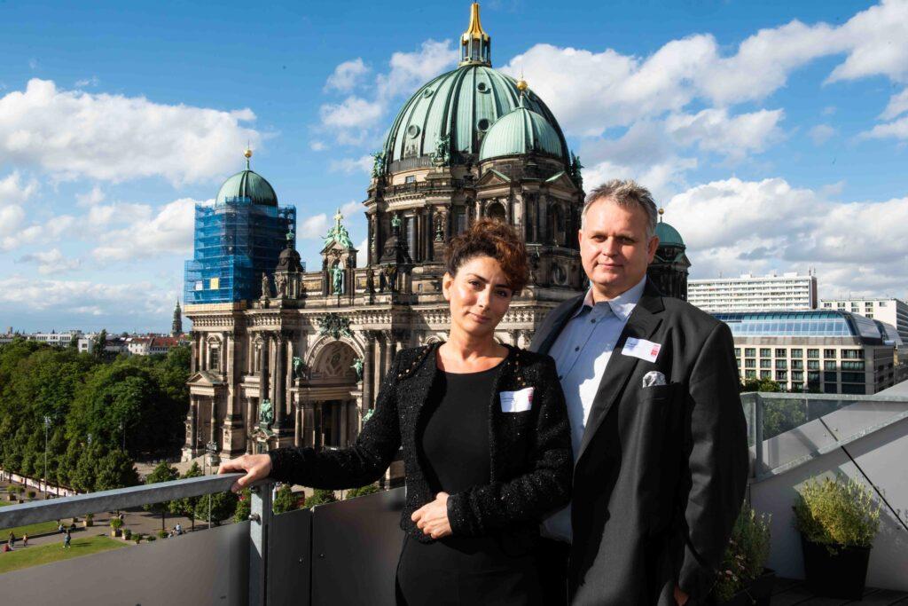 Eren Akmese und Jürgen Stock entspannt vor dem Berliner Dom am 21. Juni 2018.