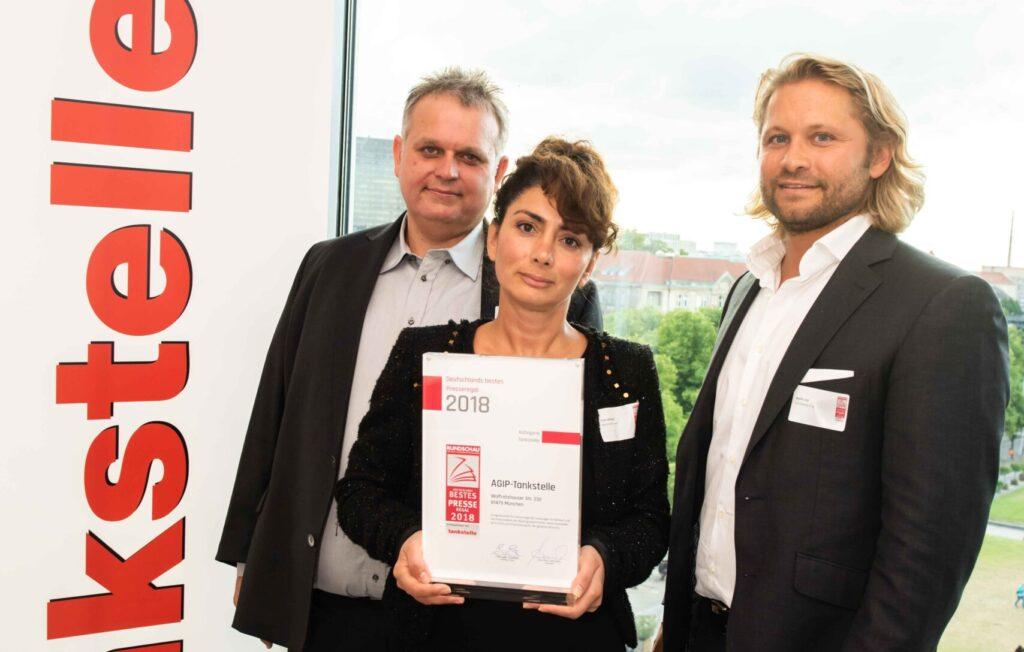 """Eren Akmese und Jürgen Stock freuen sich über die Auszeichung """"Bestes Presseregal Deutschlands"""" in der Kategorie Tankstelle. Sie sehen es als Anerkennung für 20 Jahre Arbeit für ihre Kunden."""