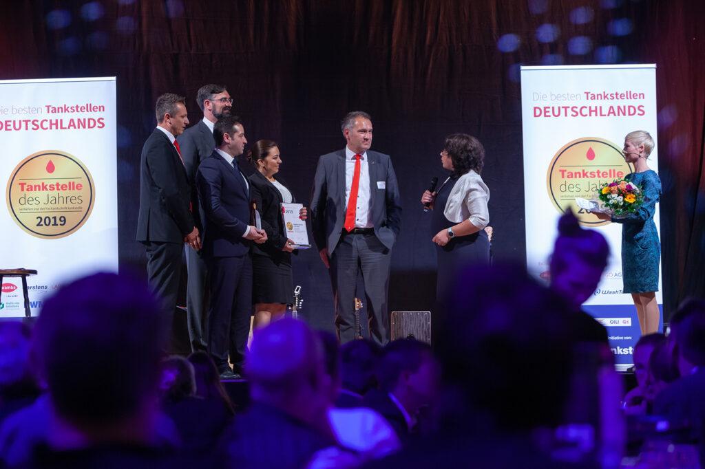 So wurde dem Team um Pächter-Ehepaar Özgür und Nermin Karahan der Konzeptpreis der Jury als bestes Tankstellenkonzept überreicht.