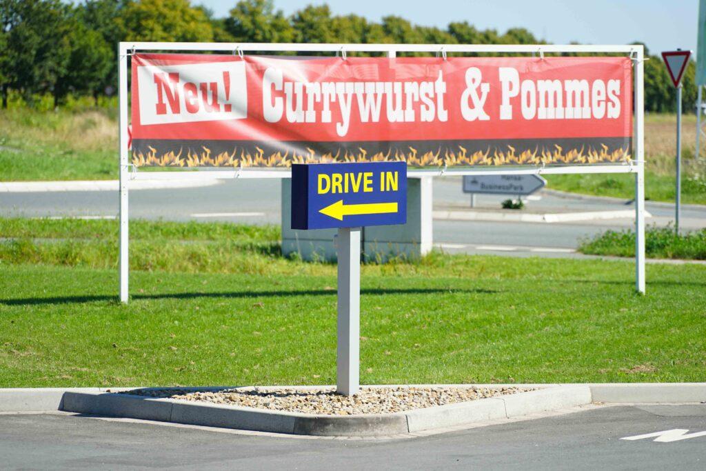 Hier geht's lang: klare Zeichen und Plakate helfen den Autofahrern sich zu orientieren.