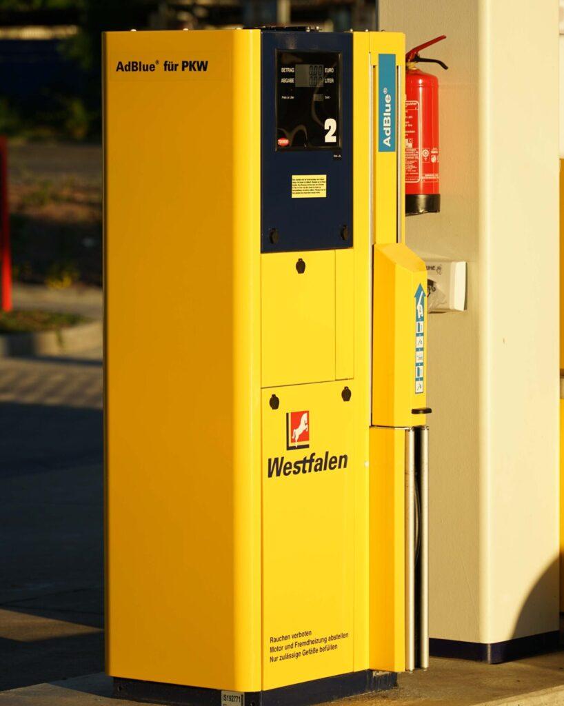 In Köln-Lövenich gehört eine Ad-Blue-Säule zum besonderen Service der Tankstelle. Hin und wieder müssen Mitarbeiter beim Betanken helfen.