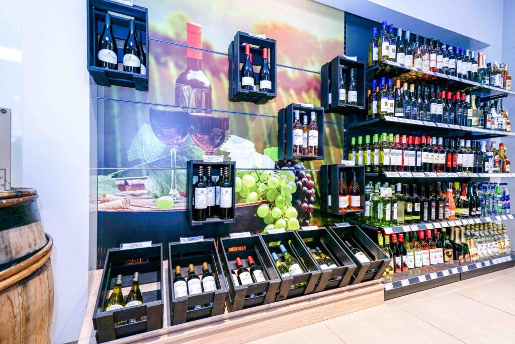 Das Weinsortiment ist die Spezialität in Köln-Lövenich. Armin Hess legt viel Wert auf gute Beratung - dann sind die Kunden zufrieden und kommen gerne wieder.
