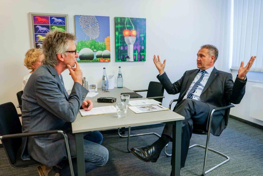 Im Gespräch mit Andre Stracke. Mit am Tisch im Hintergrund ist Hildegard Werth, die die Unternehmenskommunikation bei Westfalen leitet.
