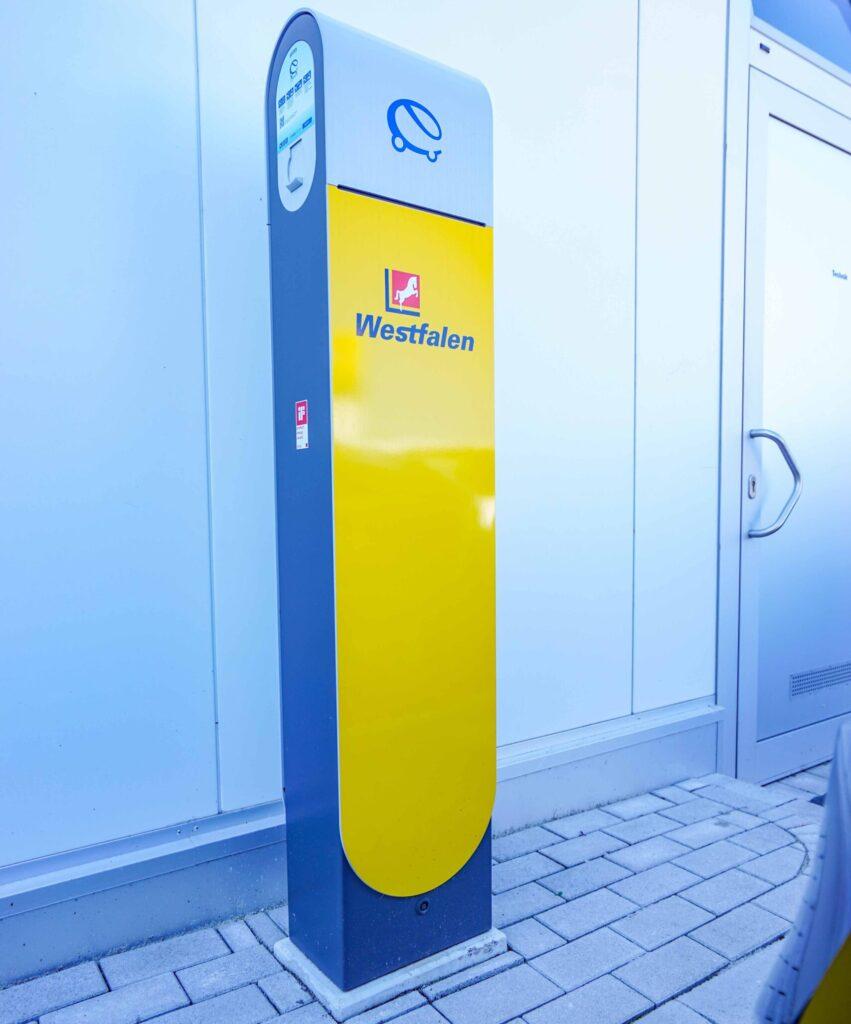 Diese E-Ladestation für Autos ist eines der vielen interessanten Details der Westfalen-Vorzeige-Station in Amelsbüren.