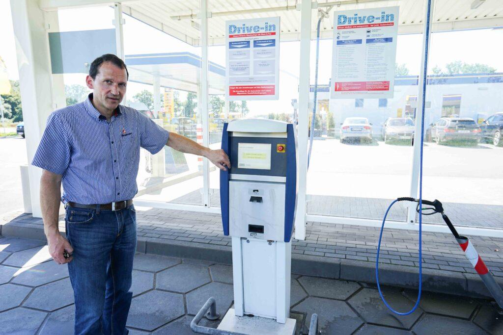 Frank Wadlinger ist Pächter der Westfalen-Station in Amelsbürgen. Hier zeigt er den neuen Drive-in-Schalter der Autowaschanlage.